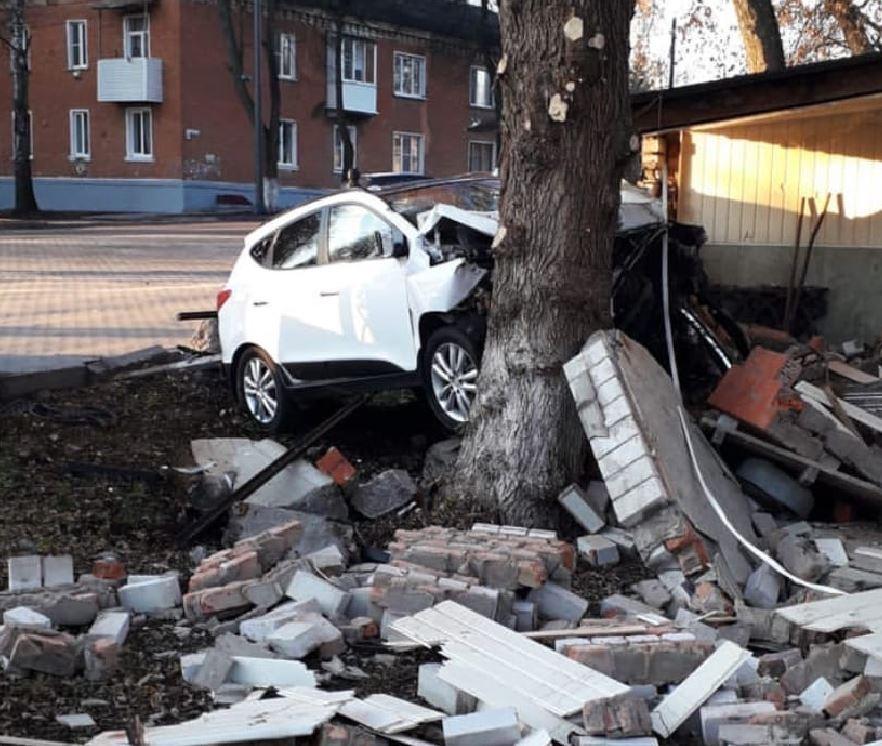 В Богородицке водитель въехал кирпичное здание в городском саду: пострадали двое детей