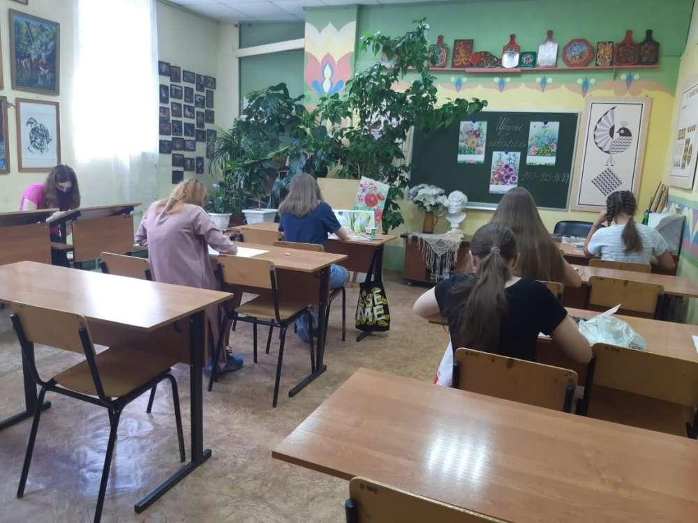 Юные щекинские художники учились рисовать цветы