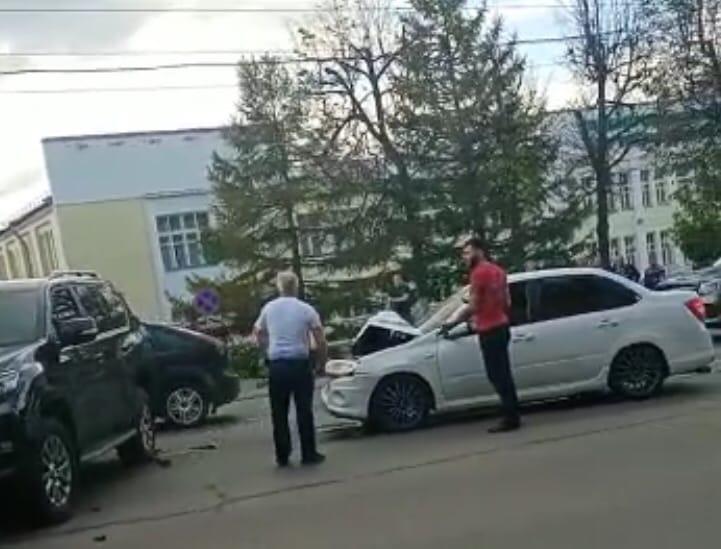 В Туле на Дмитрия Ульянова столкнулись «Land Cruiser» и «Лада»