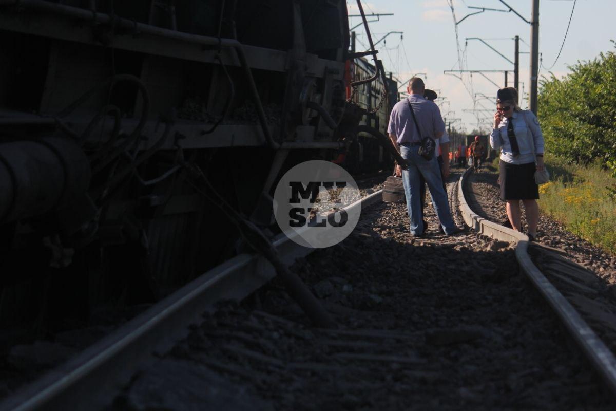 В Тульской области грузовой поезд сошел с рельсов: фото и видео с места