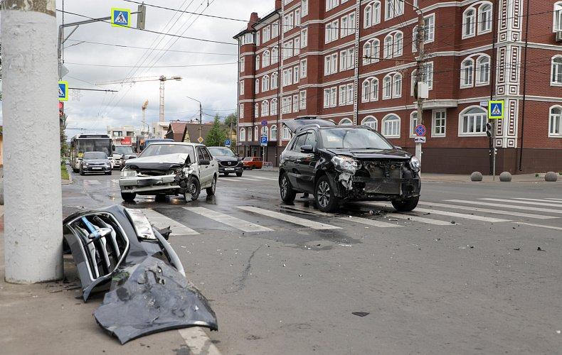 При столкновении двух легковушек в Туле пострадал один из водителей
