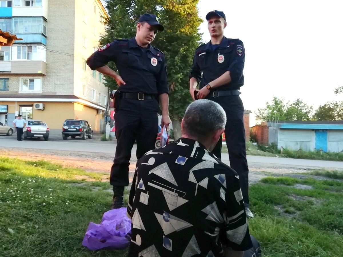 В поселке Бородинский, где недавно была убита школьница, прошли рейды полиции