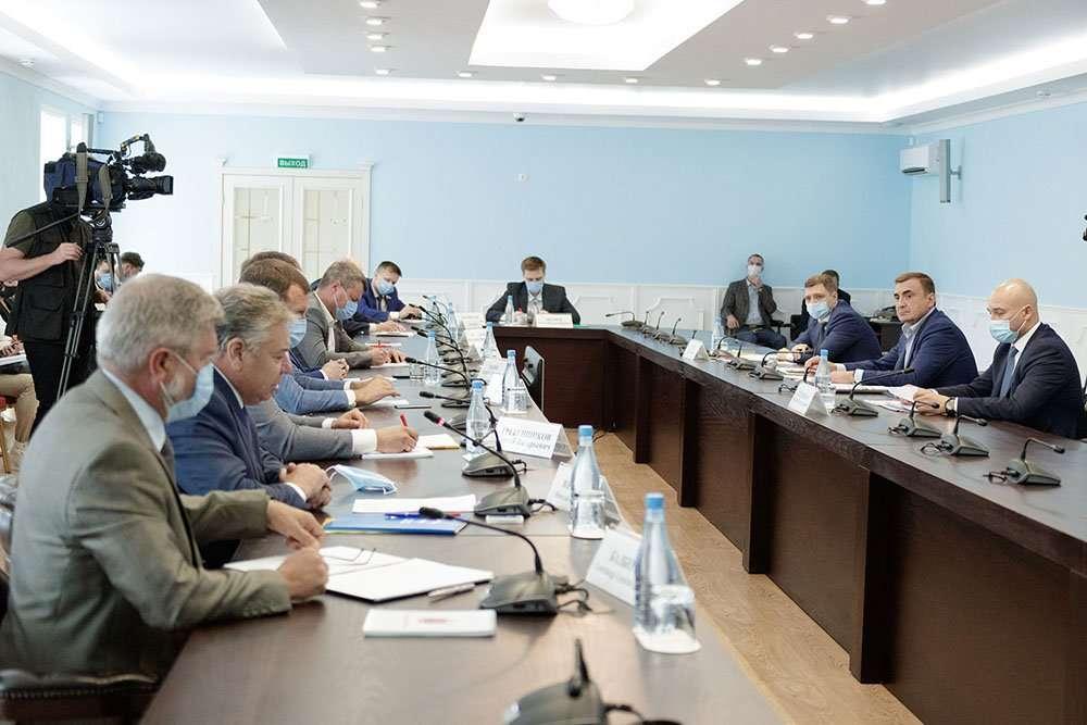 Алексей Дюмин провел встречу с руководителями отделений политических партий
