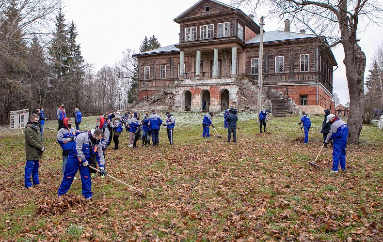Более 100 туляков убирали территорию Усадьбы Кульжинских