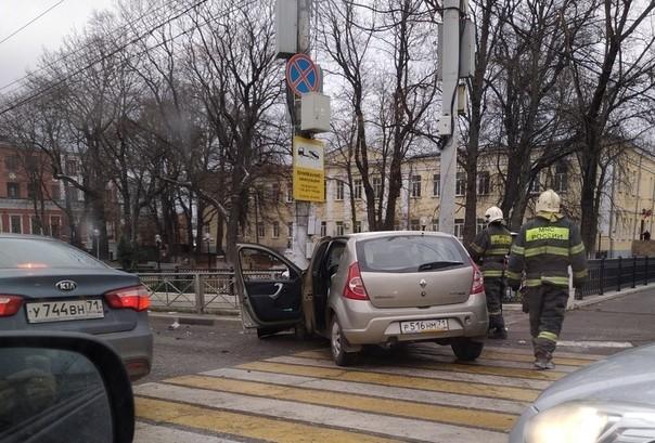 В Туле на проспекте Ленина столкнулись машина МЧС и легковушка