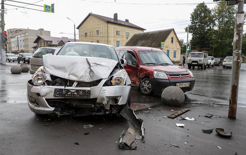 Легковушку выбросило на тротуар из-за аварии в Туле