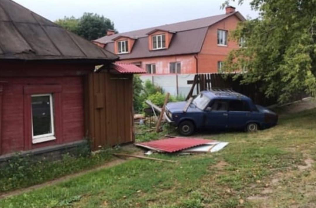 В Туле «семерка» въехала в дом: водитель убежал