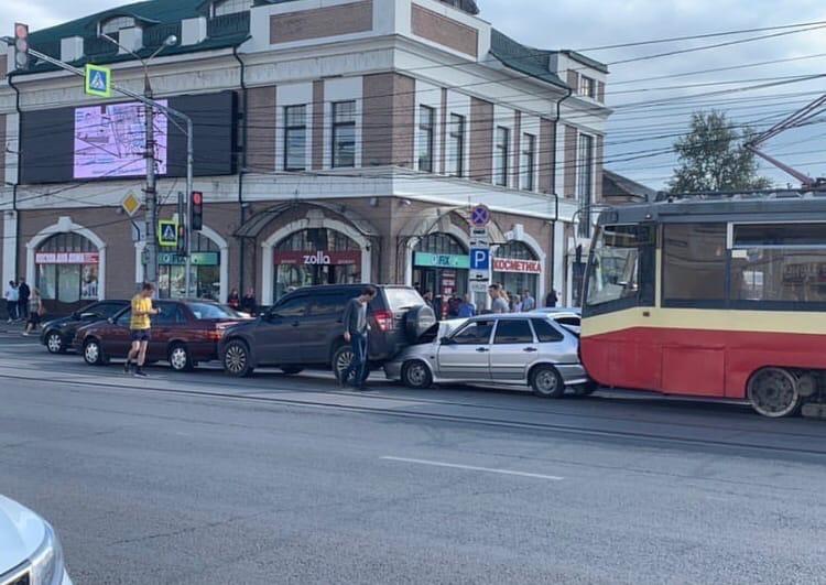 Из-за ДТП с тремя машинами и трамваем на улице Советской в Туле образовалась солидная пробка