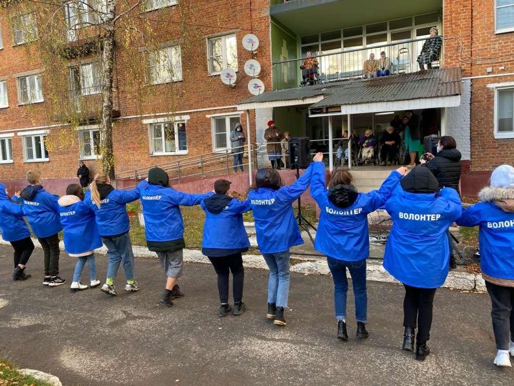Щекинские волонтеры навестили своих старших друзей