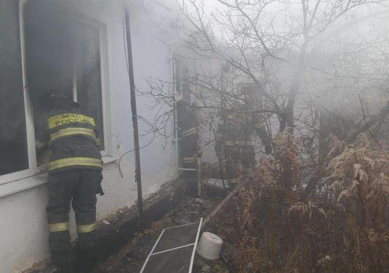 В поселке Шахты 24 горел дом