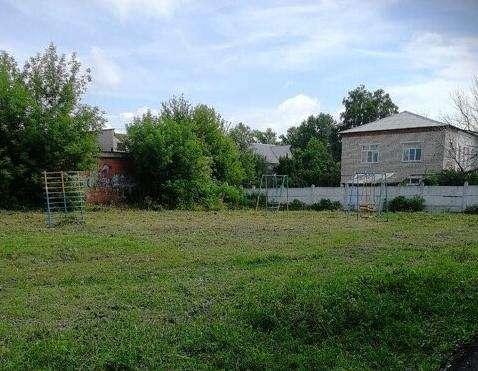 На детской площадке в щекинском дворе скосили траву