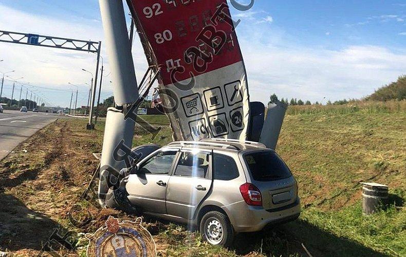 Тульский водитель заснул за рулем и врезался в стенд АЗС: пострадал ребенок
