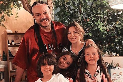 Гольф, флайборд и теплые вечера: Ани Лорак и Филипп Киркоров с детьми отдыхают в Греции