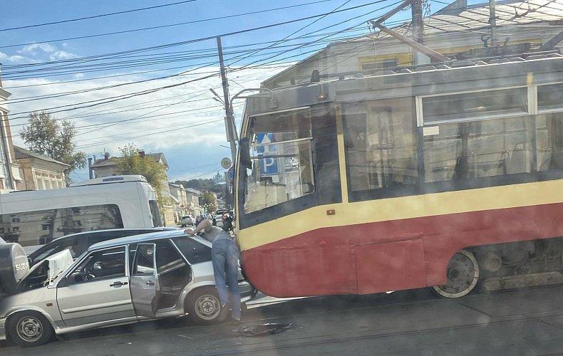 Момент массового ДТП с трамваем в Туле зафиксировал видеорегистратор