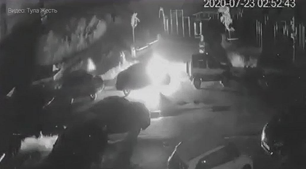 В Туле на улице Хворостухина подожгли автомобиль