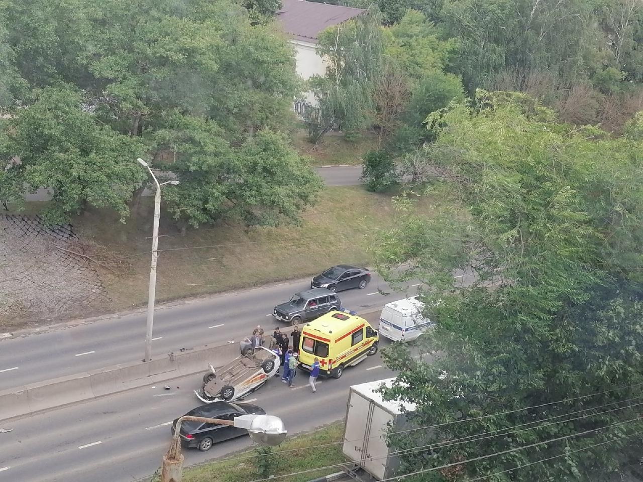 Перевернувшаяся на Рязанской в Туле легковушка столкнулась с военным грузовиком