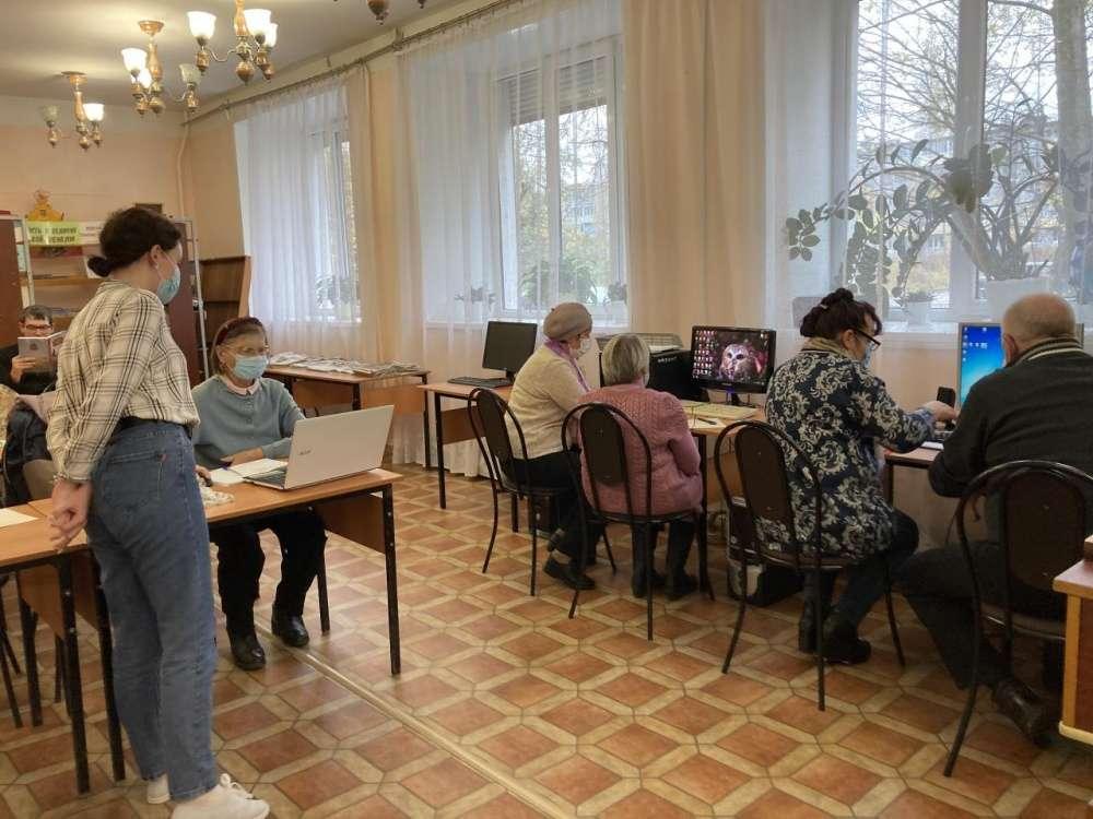 Пенсионеры учатся компьютерной грамотности