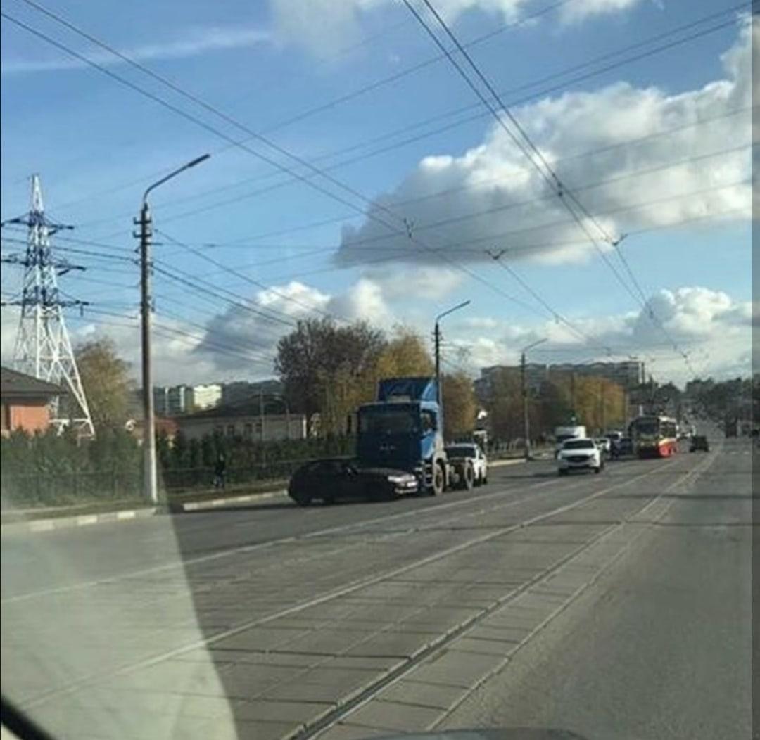 На ул. Демидовская плотина в Туле столкнулись легковушка и тягач