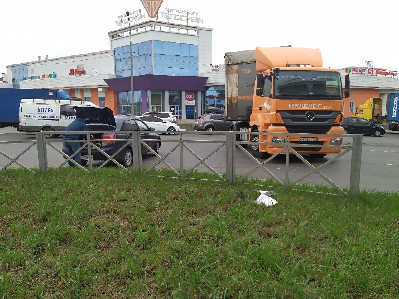 В Новомосковске перекресток не поделили легковушка и грузовик