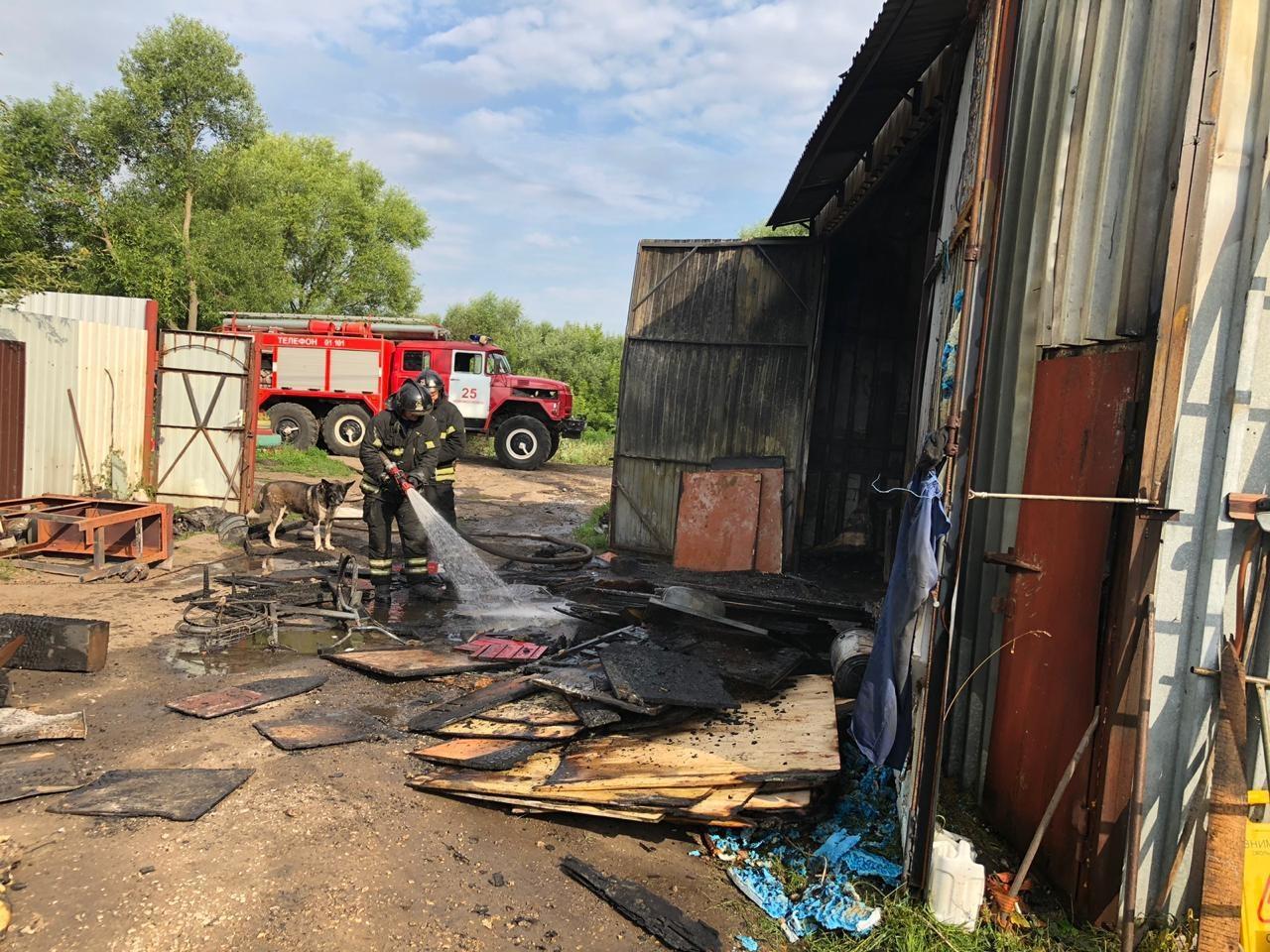 Сарай с тремя автомобилями сгорел в Новомосковске