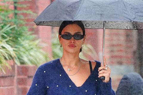 Непогода нипочем: Ирина Шейк на прогулке с дочерью Леей в дождливом Нью-Йорке