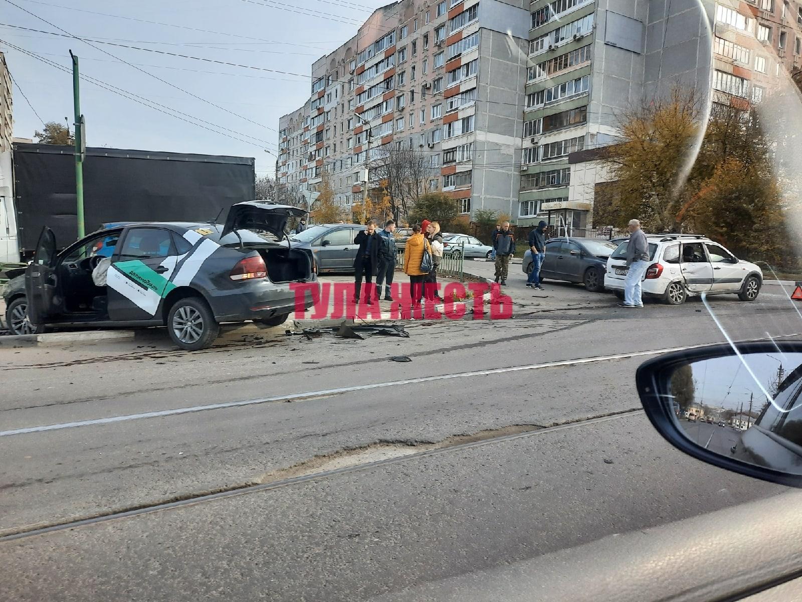В Туле столкнулись три автомобиля: машина каршеринга снесла ограждение на тротуаре