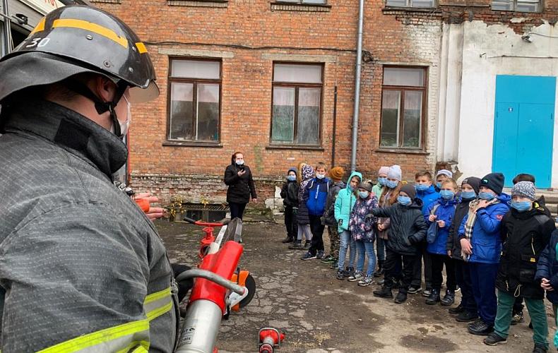 Сотрудники тульского МЧС продолжают обучать детей безопасному поведению
