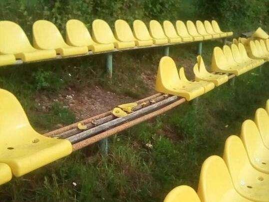 В Советске нашли вандалов, сломавших сиденья на стадионе