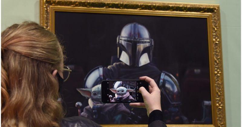 В лондонской галерее современного искусства повесили картину «Мандалорец и Дитя»