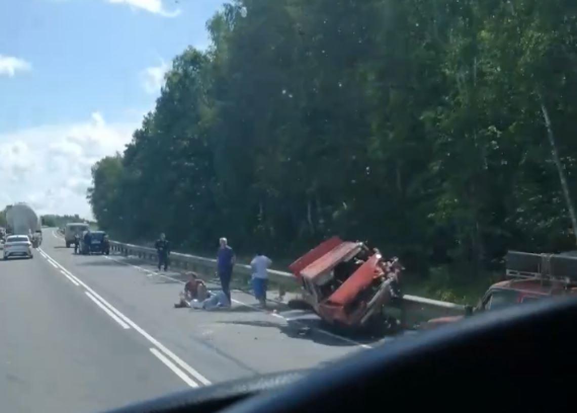 Под Тулой ВАЗ протаранил ограждение на дороге: среди пострадавших ребенок