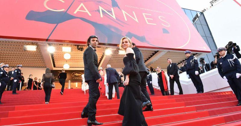 На кинофестивале в Каннах расстелили чёрную ковровую дорожку в память о жертвах терактов