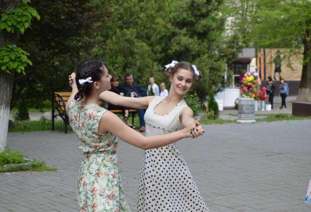 На площадке танцевальной...