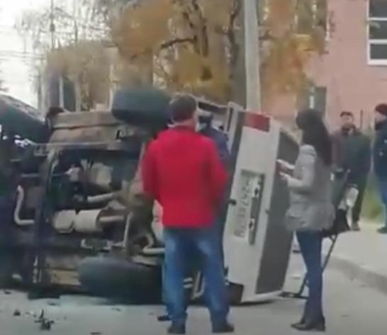 В Туле на улице Каракозова перевернулся внедорожник